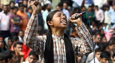 স্লোগান কন্যা কলেজ ছাত্রী লাকি আক্তার। ফেসবুক পেজ থেকে ছবিটা নেওয়া।