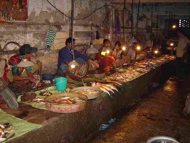 হাওড়ার দানেশ শেখ লেনের মাছ বাজার। ছবি উইকিমিডিয়ার।
