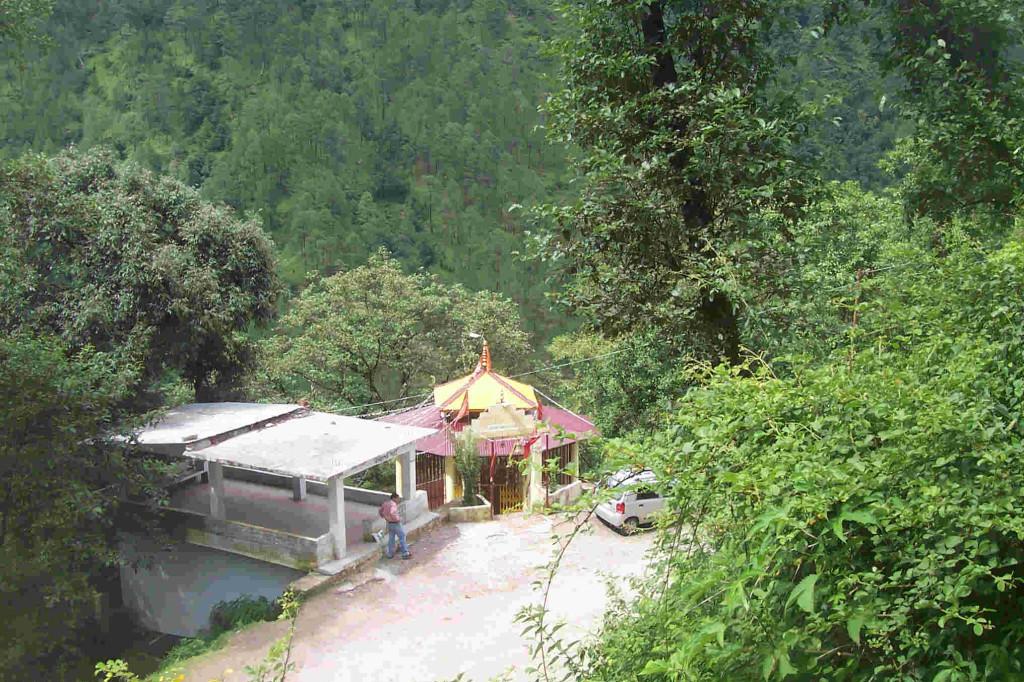 ল্যানকো কোম্পানির বানানো মন্দির। এভাবে মন্দির বানিয়ে দিয়ে গ্রামের লোকেদের খুশি করে কোম্পানি। ছবি শমীক সরকারের তোলা। ২৮ জুলাই