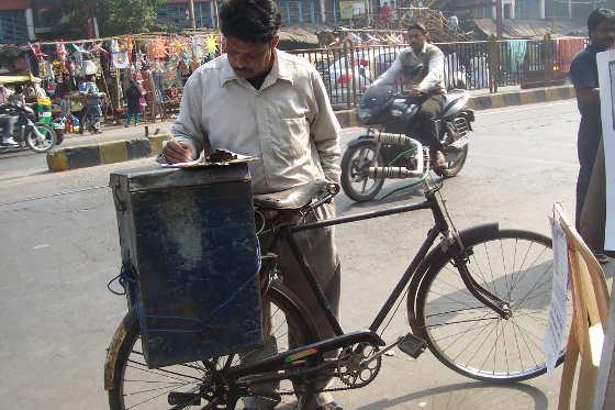 সাইকেলে করে বেকারির দ্রব্য বহন করেন ইনি। সই করছেন কলকাতায় সাইকেল নিষেধের বিরুদ্ধে 'কলকাতা সাইকেল সমাজ'-এর গণ-স্বাক্ষর অভিযানে। ২০১১ সালের ডিসেম্বর মাসে, এন্টালি বাজারের সামনে। ফাইল চিত্র।
