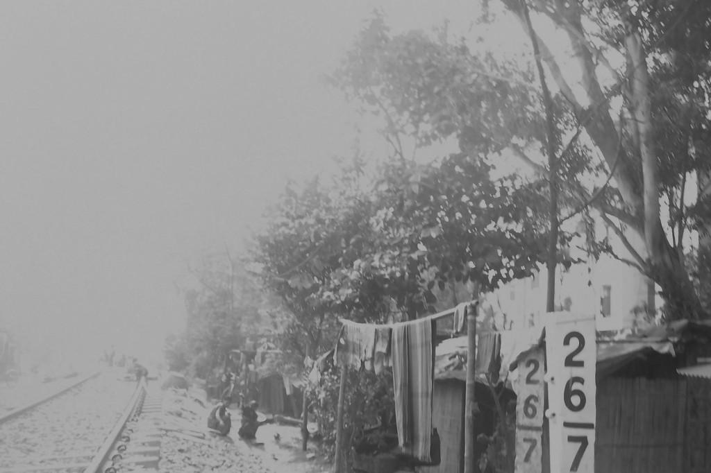 কোচবিহারে ছোটোলাইনের পাশে রেলবস্তির ছবি শ্রীমান চক্রবর্তীর তোলা।