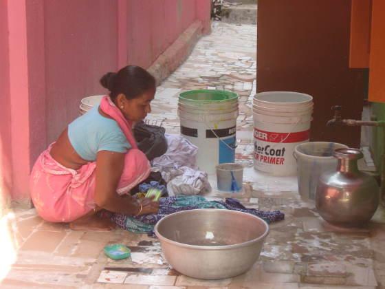 মূল্যবৃদ্ধির চোট : পাড়ার সব মেয়েরা ঠিকে কাজ ছেড়ে দিচ্ছে