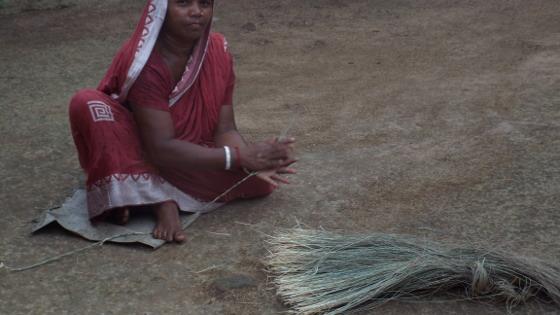 ঘরে বসে চলে বাবুই দড়ি হাতে পাকানো। ছবি শমীক সরকারের তোলা।
