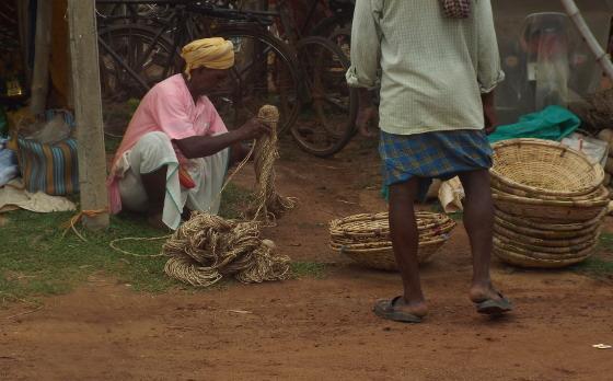 হাটে বিকোচ্ছে বাবুই দড়ি। ছবি শমীক সরকারের তোলা।
