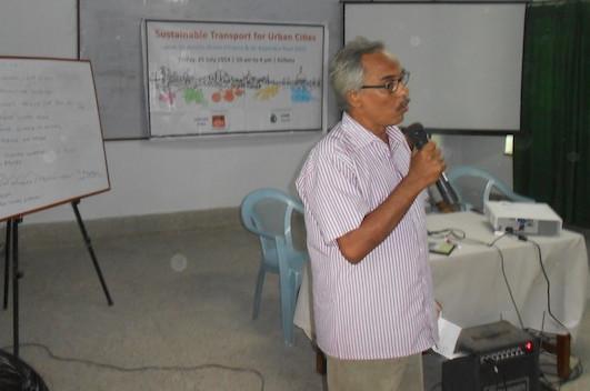 বক্তব্য রাখছেন 'কলকাতা সাইকেল সমাজ'-এর রঘু জানা