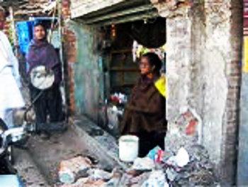 সাইকেল আরোহী কালামউল্লা হালদারকে ধাক্কা মেরে মারুতি এই দোকানে ঢুকে যায়। ছবি প্রতিবেদকের সূত্রে।