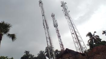 আবাদা-র গ্রামে পাশাপাশি তিনটি মোবাইল টাওয়ার। ছবি শমীক সরকারের তোলা। আগস্ট ২০১৪