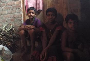 আজমের শেখ, রূপসী খাতুন, আর কাবা -- জহিরুদ্দিনের তিন ভাই বোন স্কুলে পড়ে। ছবি শমীক সরকার। ১৪ জুন ২০১৫