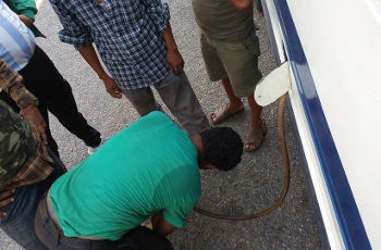 তেল চুরির ছবি প্রতিবেদকের তোলা, ৩ নভেম্বর, নেপাল।