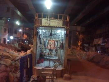 উড়ালপুলের নিচে রাস্তার মাঝবরাবর একটি মন্দির আছে। এপাশ ওপাশ করে গাড়ি যায়।