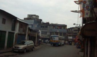 তপ্ত কলকাতা : হালতু গড়ফা পালবাজারের বাজার এলাকা বৃক্ষশূণ্য, দোকান আর ফ্ল্যাটে পূর্ণ