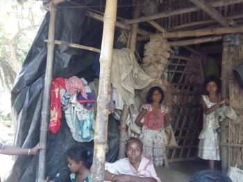 তিন মেয়ে আর মা। জনখাটা মানুষের ঘর গেরস্থালীর টুকরো। ছবি শমীক সরকারের তোলা। ৭ মে ২০১৬।